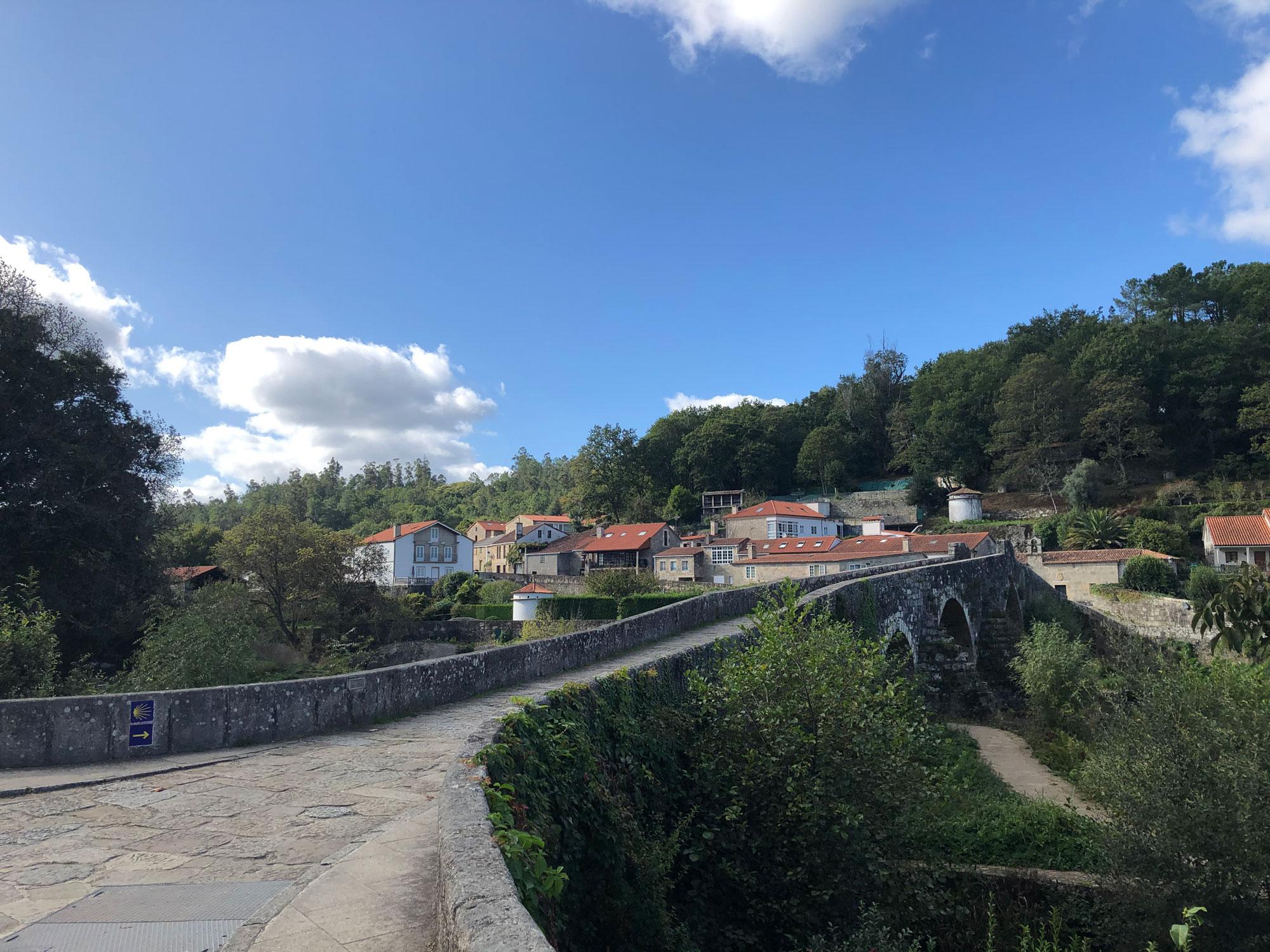 Pilgerweg über eine Brücke